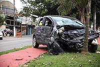 SÃO PAULO, SP - 18.05.2015 - ACIDENTE-TRÂNSITO - Um carro perdeu o controle, bateu em dois caminhões e parou em cima de uma ciclovia na Avenida Atlântica, zona sul de São Paulo, nesta segunda-feira (18). Os dois ocupantes do veículo sofreram ferimentos leves, e foram socorridos a hospitais da região. (Foto: Douglas Pingituro / Brazil Photo Press)