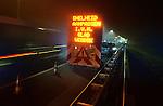 GORINCHEM - Tijdens nachtelijke asfalteringswerkzaamheden aan diverse snelwegen waarschuwt een tekstbord het verkeer met de tekst: Snelheid aanpassen i.v.m. glad wegdek. COPYRIGHT TON BORSBOOM