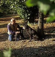Europe/France/89/Bourgogne/Yonne/Env d'Auxerre/Nangis Quenne: Recherche des truffes de Bourgogne par François Beaucamp trufficulteur avec son chien