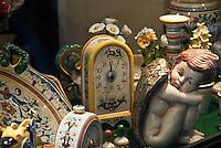 Italy, Veneto, Lake Garda, Torri del Benaco, small harbour at East Bank of Lake Garda: display window with ceramics | Italien, Venetien, Gardasee, Torri del Benaco, kleiner Hafen am Ostufer des Gardasees: Keramik, Schaufenster