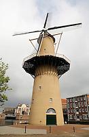 Schiedam-  Molen De Kameel is een in 2011 herbouwde stellingmolen aan het Doeleplein. De Kameel wordt het nieuwe onderkomen van de stichting De Schiedamse Molens en de molen zal elektriciteit gaan opwekken. Daarnaast kan ook graan worden gemalen met behulp van een koppel maalstenen.
