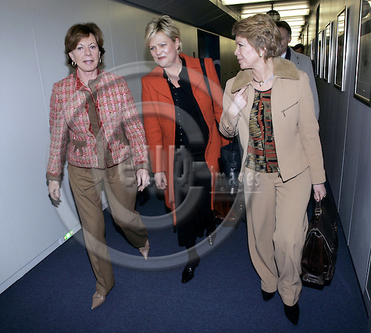 BRUSSELS - BELGIUM - 14 DECEMBER 2005 -- Norwegian Ministers slaug (Aslaug) HAGA (R) for Regional Policy and Kristin HALVORSEN (C) for Finance visiting Neelie KROES (L) EU-Commissioner for Competition. -- PHOTO: JUHA ROININEN / EUP-IMAGES