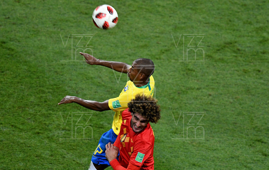 KAZAN - RUSIA, 06-07-2018: FERNANDINHO (Izq) jugador de Brasil salta por el balón con Marouane FELLAINI (Der) jugador de Bélgica durante partido de cuartos de final por la Copa Mundial de la FIFA Rusia 2018 jugado en el estadio Kazan Arena en Kazán, Rusia. / FERNANDINHO (L) player of Brazil jumps the ball with Marouane FELLAINI (R) player of Belgium during match of quarter final for the FIFA World Cup Russia 2018 played at Kazan Arena stadium in Kazan, Russia. Photo: VizzorImage / Julian Medina / Cont
