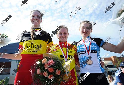 2011-05-29 / Seizoen 2010-2011 / Wielrennen / Provinciaal kampioenschap dames juniores Hulshout / Belgisch kampioene Marlène Wintgens (l) won de wedstrijd, maar Jessy Druyts behaalt de titel van Provinciaal kampioen. Nathalie Nijns (r) werd eervol derde, na Steffi Lodewijcks die zich niet aanmeldde voor het podium..Foto: mpics
