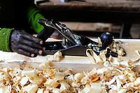 TANSANIA Bukoba, vocational school, carpenter workshop, of St. Theresa Sisters / TANSANIA Bukoba, Projekte der St. Theresa Sisters, Berufsschule bei Igombe, Tischler Ausbildung fuer Jugendliche, wo gehobelt gearbeitet wird, fallen auch Spaene