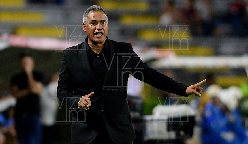 IBAGUE - COLOMBIA, 19-02-2020: Hernan Torres técnico del Tolima gesticula durante partido por la fase 3 ida de la Copa CONMEBOL Libertadores 2020 entre Deportes Tolima de Colombia y SC Internacional de Brasil jugado en el estadio Manuel Murillo Toro de la ciudad de Ibagué. / Hernan Torres coach of Tolima gestures during match for the phase 3 first leg as part of Copa CONMEBOL Libertadores 2020 between Deportes Tolima of Colombia and SC Internacional of Brazil played at Manuel Murillo Toro stadium in Ibague. Photo: VizzorImage / Cristian Alvarez / Cont