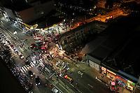 SAO PAULO, SP, 28 DE FEVEREIRO 2013 - QUEDA DE MARQUISE - Bombeiros procuram por pessoas sobre os escombros da marquise de um prédio que desabou no bairro da Liberdade, região central de São Paulo, no início da noite desta quinta-feira. Pelo menos uma pessoa morreu no incidente. FOTO: VANESSA CARVALHO - BRAZIL PHOTO PRESS.