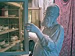 """Kraków, 2018-09-06. Rekonstrukcja piwnicy, gdzie przechowywano Żydów, fragment stałej ekspozycji. Fabryka """"Emalia"""" Oskara Schindlera – fabryka założona w 1937 jako miejsce produkcji wyrobów emaliowanych i blaszanych. Wydzierżawiona, a potem przejęta przez niemieckiego przedsiębiorcę Oskara Schindlera w 1939, Schindler zatrudniał w niej zagrożonych eksterminacją Żydów. Aktualnie w dawnym budynku administracyjnym Fabryki Emalia Oskara Schindlera przy ul. Lipowej 4 mieści się wystawa """"Kraków – czas okupacji 1939–1945"""" dokumentującej okres niemieckiej okupacji miasta w latach 1939-1945."""