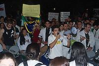 SAO PAULO 03 DE JULHO DE 2013 - Medicos fazem manifestacao na Av Paulista na noite desta quarta-feira. O protesto é contra o projeto do governo de trazer medicos estrangeiros para atuarem no Brasil. (Foto: Amauri Nehn/Brazil Photo Press)