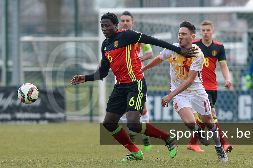 20160316 - Merchtem , BELGIUM : Belgian Daouda Peeters pictured in a duel with Spanish Ivan Martin (right) during the soccer match between the under 17 teams of  Belgium and Spain , on the third and last matchday in group 8 of the UEFA Under17 Elite rounds at FC Merchtem 2000 stadion in Merchtem , Belgium. Wednesday 16 th March 2016 . PHOTO DAVID CATRY