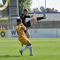 WS LAUWE - RC LAUWE :<br /> Jordy Dewilde (R) haalt een hoge bal uit de lucht voor de neus van Karim Tajeddine (L)<br /> <br /> Foto VDB / Bart Vandenbroucke