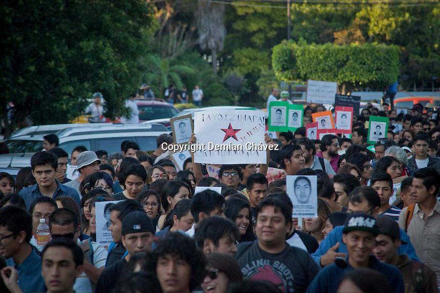 Queretaro, Qro. 8 de Octubre de 2014.- Al menos unas dos mil personas entre estudiantes universitarios, profesores, comerciantes, dirigentes de ONG&acute;s, activistas marcharon para solidarizarse con las familias de los estudiantes normalistas que se encuentran desaparecidos y otra muertos, tras la agresi&oacute;n sufrida en Iguala Guerrero, por la polic&iacute;a; el pasado 26 de septiembre.<br /> <br /> Actualmente esta marcha es una de las m&aacute;s de cien que que llevan acabo en el pa&iacute;s y algunas ciudades del extranjero.<br /> <br /> Foto: Demian Ch&aacute;vez / Obture.