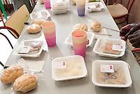 Cibo preconfezionato per i richiedenti asilo del Centro immigrati di via Conciliazione. Varese, 3 giugno 2011...Packaged food for the asylum seekers at the Immigrants Center of Conciliazione street. Varese, June 3, 2011