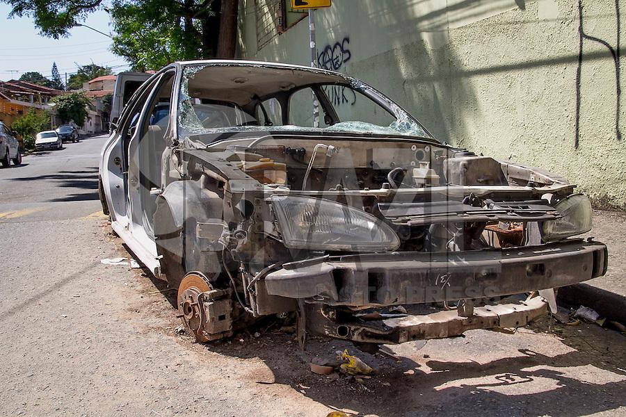 SAO PAULO, SP - 18.11.2014 - CARRO ABANDONADO - Um automóvel abandonado foi visto na Rua Dr. Luis da Fonseca Galvão, frente a escola São Vicente de Paulo, na Zona Sul da capital paulista na manhã desta terça-feira (18). Segundo moradores, o veículo foi desmontado e abandonado na região nesta madrugada sob suspeita de furto.<br /> <br /> (Fabricio Bomjardim / Brazil Photo Press).