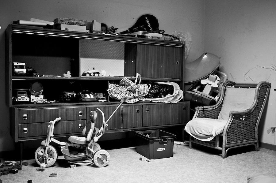 Des familles avec des enfants en bas âge habitent également le bâtiment. Une salle de jeu est à leur disposition.  .