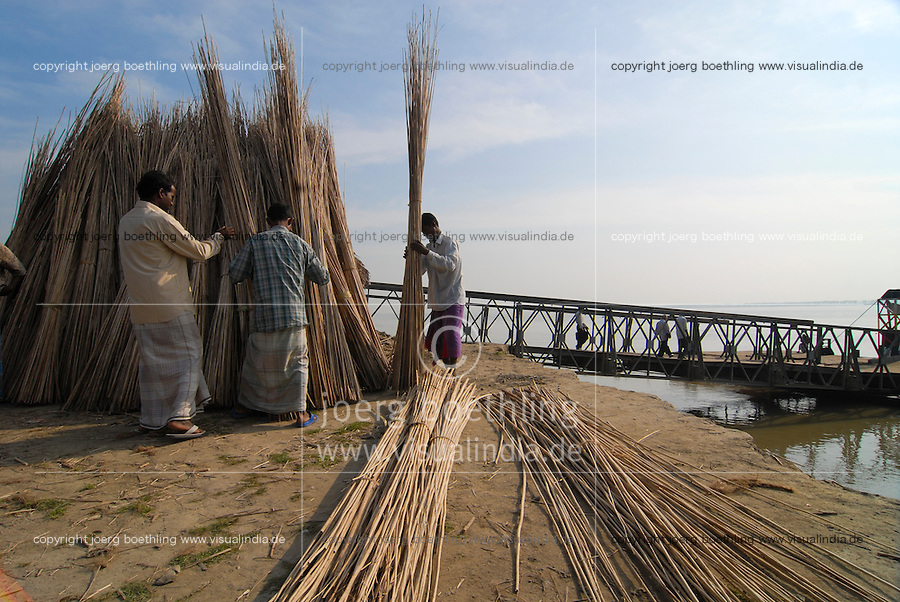 BANGLADESH, sticks from the Jute plant after processing / BANGLADESCH, Stoecker der Jutepflanze nach der Gewinnung der Faser aus der Rinde