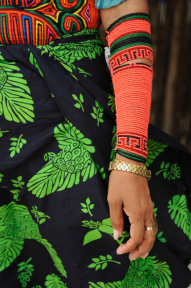 Indígenas guna / comarca de Guna Yala, Panamá.<br /> <br /> Mujer con mola y falda estampada.