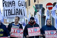 Roma, 21 Aprile 2017<br /> Manifestazione del movimento nazionale per la sovranità e Noi con Salvini a Piazza Santi Apostoli contro i centri di accoglienza per migranti, i manifestanti con cartelli e striscioni con scritto stop invasione.