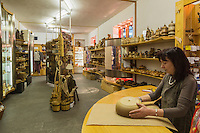 Italie, Val d'Aoste, Aoste:    IVAT, boutique dédiée à l'artisanat regional et gérée par l'Institut Valdôtain de l'Artisanat de Tradition// Italy, Aosta Valley, Aosta: IVAT shop dedicated to regional crafts and managed by the Institute Valdôtain Crafts Tradition