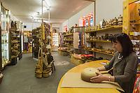 Italie, Val d'Aoste, Aoste:    IVAT, boutique dédiée à l'artisanat regional et gérée par l'Institut Valdôtain de l'Artisanat de Tradition// Italy, Aosta Valley, Aosta: IVAT shop dedicated to regional crafts and managed by the Institute Valdôtain Crafts Tradition