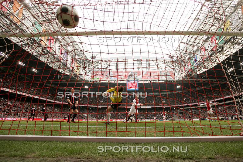 Nederland, Amsterdam, 3 februari 2008.Eredivisie .Seizoen 2007-2008 .Ajax-Feyenoord (3-0).Klaas Jan Huntelaar (3e van l) van Ajax heeft zojuist de bal over keeper Henk Timmer (2e van l) van Feyenoord gekopt en scoort, 2-0.