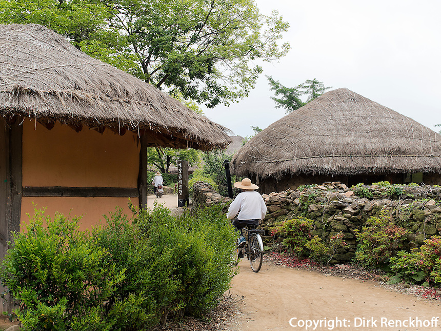 Strohdachhaus im Folk-village Naganneupsong-ehemalige Festung, Provinz Jeollanam-do, S&uuml;dkorea, Asien<br /> thatched roof houses  in Folk-village Naganneupsong- a former fortress, province Jeollanam-do, South Korea, Asia