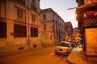 Auto parcheggiata in una strada di Oran, notturno.