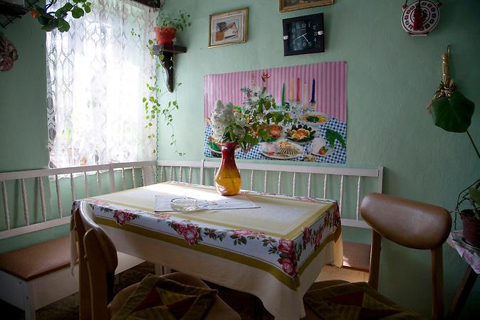 Cantavir, Vojvodina, Serbien, 20.04.2007: Farben und Blumen schmuecken das Esszimmer in einem Haus in der Vojvodina.<br />Cantavir, Vojvodina, Serbia, 20.04.2007: Living room of a house in Vojvodina.<br /><br /> [ CREDIT: www.throughmyeyes.de - Merlin Nadj-Torma - phone +49-177-8279119 - merlin@throughmyeyes.de ]