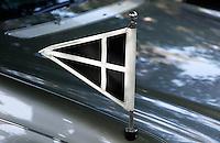 Lijkwagen met vlag. Begrafenisauto