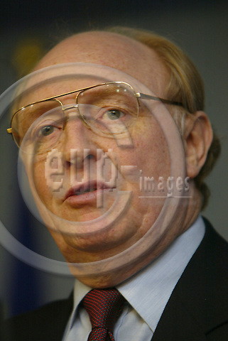 Belgium--Brussels--Commission   29.01.2003.Neil KINNOCK, Commissioner for Administrative reform ;  .Portrai, Geste,. PHOTO: EUP-IMAGES.COM / ANNA-MARIA ROMANELLI