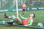 11.04.2018, Trainingsgelaende, Bremen, GER, 1.FBL, Training SV Werder Bremen<br /> <br /> im Bild<br /> Johannes Eggestein (Werder Bremen #24) f&auml;llt mir Ball ins Tornetz, <br /> <br /> Foto &copy; nordphoto / Ewert