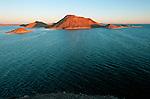 En envahissant le désert nubien, l'eau a épousé fidèlement le relief préexistant et créé des centaines de criques (appelées ?khor? en arabe) et des chapelets d'îles. Au fil du temps un nouvel écosystème étonnant s'est peu à peu formé.