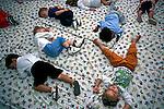 Crianças dormindo em creche da fabrica Linhas Circulo. Gaspar. Santa Catarina. 1996. Foto de Juca Martins.
