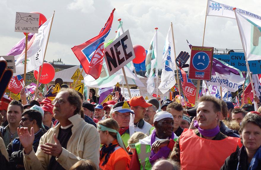 """Nederland, Amsterdam, 2 okt 2004.Demonstratie tegen het kabinetsbeleid georganiseerd door de vakbonden onder het motto: """"Nederland verdient beter""""..Op het museumplein kwamen tussen de 2 en 3honderdduizend demonstranten bijeen.. ..Foto (c) Michiel Wijnbergh/hh"""