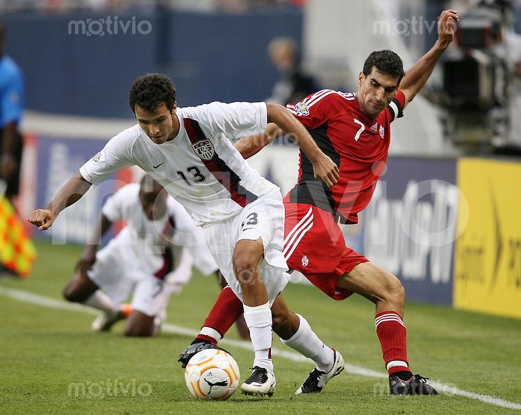 Fussball International Gold Cup Halbfinale  Canada 1-2 USA Jonathan Bornstein (USA,li) gegen Paul Stalteri (CAN)