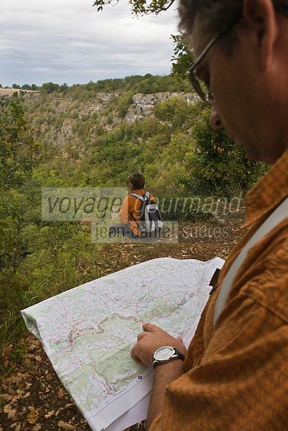 Europe/France/Midi-Pyrénées/46/Lot/ Caniac-du-Causse: Randonneurs à l'Igue de planagrèze  Auto N°: 2008-220  Auto N°: 2008-221  Auto N°: 2008-222