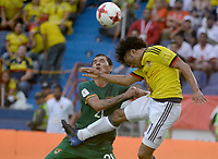 BARRANQUILLA - COLOMBIA -08-10-2015: Juan G Cuadrado (Der) jugador de Colombia disputa el balón con Omar Morales (Izq) jugador de Bolivia durante partido de la fecha 13 para la clasificación sudamericana a la Copa Mundial de la FIFA Rusia 2018 jugado en el estadio Metropolitano Roberto Melendez en Barranquilla. /  Juan G Cuadrado (R) player of Colombia fights the ball with Omar Morales (L) player of Bolivia during match of the date 13 for the qualifier to FIFA World Cup Russia 2018 played at Metropolitan stadium Roberto Melendez in Barranquilla. Photo: VizzorImage / Alfonso Cervantes / Cont