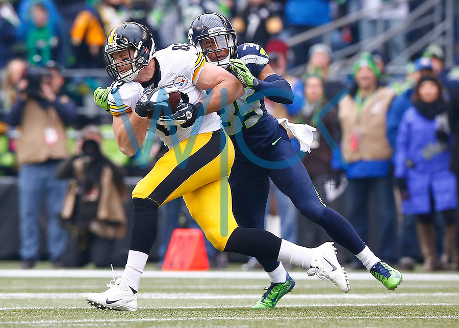 Heath Miller #83 of the Pittsburgh Steelers catches a pass in front of DeShawn Shead #35 of the Seattle Seahawks in the first half during the game at CenturyLink Field on November 29, 2015 in Seattle, Washington. (Photo by Jared Wickerham/DKPittsburghSports)