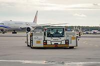Flugzeugschlepper kommt zum Gate zurück - Frankfurt 16.10.2019: Eichwaldschuele Schaafheim am Frankfurter Flughafen