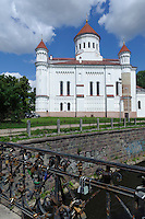 Orthodoxe Kirche der heiligen Mutter Gottes und Brücke nach Uzupris mit Liebesschlössern  in Vilnius, Litauen, Europa, Unesco-Weltkulturerbe
