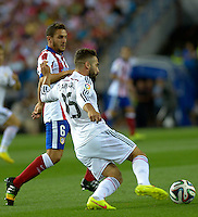 MADRID - ESPAÑA - 22-08-2014: Jorge Koke (Izq.) jugador de Atletico de Madrid disputa el balon con Daniel Carvajal (Der.) jugador de Real Madrid durante partido de vuelta de la Super Copa de España, Atletico de Madrid  y Real Madrid, en el estadio Vicente Calderon de la ciudad de Madrid, España. / Jorge Koke (L) player of Atletico de Madrid  vies for the ball with Daniel Carvajal (R) player of Real Madrid during a match for the second leg, between Atletico de Madrid  y Real Madrid of the Super Copa de España in the Vicente Calderon stadium in Madrid, Spain  Photo: Asnerp / Patricio Realpe / VizzorImage.