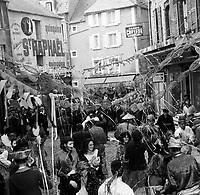 LES PARAPLUIES DE CHERBOURG . FILM . TOURNAGE . CARNAVAL . CHERBOURG . 1963 .