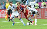 FUSSBALL  EUROPAMEISTERSCHAFT 2012   VORRUNDE Griechenland - Tschechien         12.06.2012 Kostas Fortounis (li) und Giorgos Karagounis (re, Griechenland) gegen Jaroslav Plasil (Mitte, Tschechische Republik)