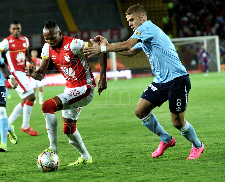 BOGOTA - COLOMBIA - 03-10-2015: Luis Quiñonez (Izq.) jugadores de Independiente Santa Fe disputan el balón con Gustavo Cuellar (Der.) jugador de Atletico Junior, durante partido por la fecha 15 entre Independiente Santa Fe y Atletico Junior, de la Liga Aguila II-2015, en el estadio Nemesio Camacho El Campin de la ciudad de Bogota. / Luis Quiñonez (L) player of Independiente Santa Fe struggles for the ball with Gustavo Cuellar (R) player of Atletico Junior, during a match of the 15 date between Independiente Santa Fe and Atletico Junior, for the Liga Aguila II -2015 at the Nemesio Camacho El Campin Stadium in Bogota city, Photo: VizzorImage / Luis Ramirez / Staff.