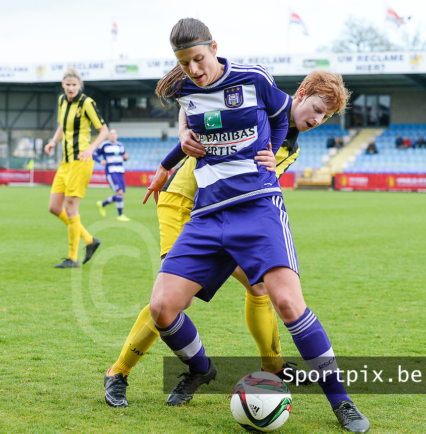20160417 - WESTERLO , BELGIUM : Lierse's Lien Mermans pictured in a duel with Anderlecht's Laura De Neve during the final of Belgian cup 2016 , a soccer women game between SK Lierse Dames and RSC Anderlecht  , in stadion Het Kuipje Westerlo , sunday 17 th April 2016 . PHOTO SPORTPIX.BE / DAVID CATRY