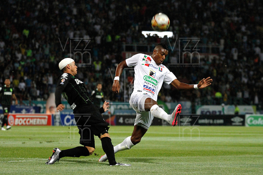 MANIZALES - COLOMBIA -27-02-2016: Jhonier Viveros (Der.) jugador de Once Caldas, disputa el balón con Alejandro Guerra (Izq.) jugador de Atletico Nacional, durante partido Once Caldas y Atletico Nacional, por la fecha 7 de la Liga de Aguila I 2016 en el estadio Palogrande en la ciudad de Manizales. / Jhonier Viveros(R) of Once Caldas, figths the ball with Alejandro Guerra (L) player of Atletico Nacional, during a match Once Caldas and Atletico Nacional, for date 7 of the Liga de Aguila I 2016 at the Palogrande stadium in Manizales city. Photo: VizzorImage  / Santiago Osorio / Cont