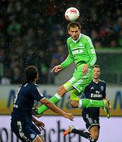 FUSSBALL   1. BUNDESLIGA    SAISON 2012/2013    15. Spieltag   VfL Wolfsburg - Hamburger SV                               02.12.2012 Bas Dost (VfL Wolfsburg) steigt im Kopfballduell am hoechsten