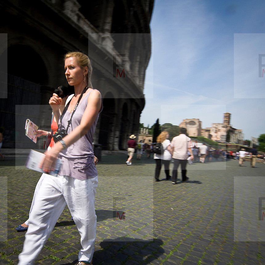 Turisti vicino al Colosseo a Roma..Tourists close the Coliseum in Rome