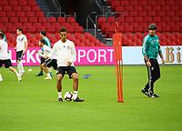 Bundestrainer Joachim Loew (Deutschland Germany) beobachtet Thilo Kehrer (Deutschland Germany) - 12.10.2018: Abschlusstraining der Deutschen Nationalmannschaft vor dem UEFA Nations League Spiel gegen die Niederlande