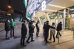 Stockholm 2014-01-10 Bandy Elitserien Hammarby IF - Sandvikens AIK :  <br /> Publik visiteras utanf&ouml;r Tele2 Arena innan matchen<br /> (Foto: Kenta J&ouml;nsson) Nyckelord:  supporter fans publik supporters